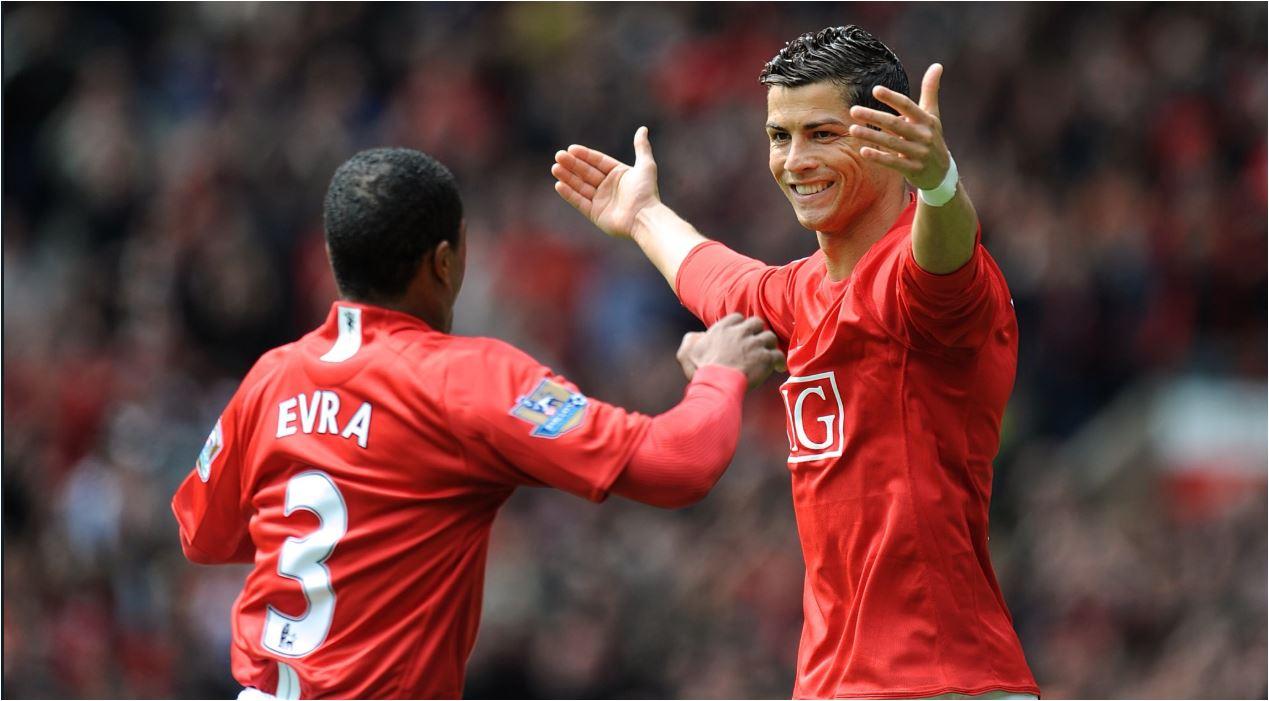 Patrice Evra dan Cristiano Ronaldo merayakan gol saat keduanya masih membela Manchester United.