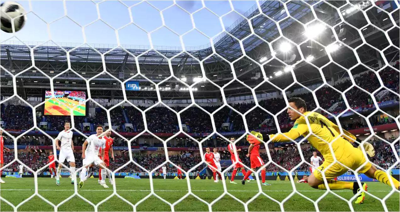Satu tendangan dari luar kotak oleh Granit Xhaka gagal dihentikan kiper Serbia. Gol ini mengubah skor menjadi 1-1 pada laga Serbia vs Swiss di Piala Dunia 2018, Sabtu dinihari