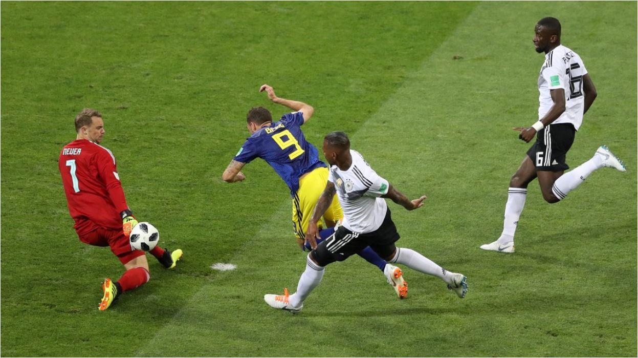 Pemain Swedia, Markus Berg, dalam satu kesempatan berhadapan satu-lawan-satu dengan kiper Jerman, Manuel Neuer. Beruntung gagal gol.