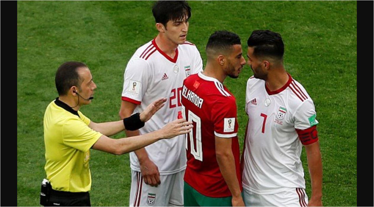 Kapten Iran Masoud Shojaei terlibat pertikaian dengan Younes Belhanda dalam pertandingan Piala Dunia 2018 antara Maroko vs Iran, Jumat malam.