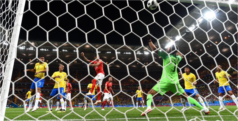 Steven Zuber menanduk bola dari hasil tendangan sudut untuk menjadi gol penyama kedudukan bagi Swiss dalam laga melawan Brasil, Senin dinihari.