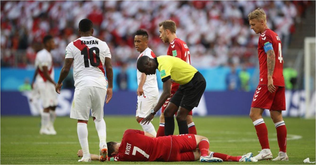 Pemain Denmark William Kvist tergeletak setelah diterjang dengan lutut oleh satu pemain Peru. Ia akhirnya harus ditandu keluar dan digantikan pemain lain.