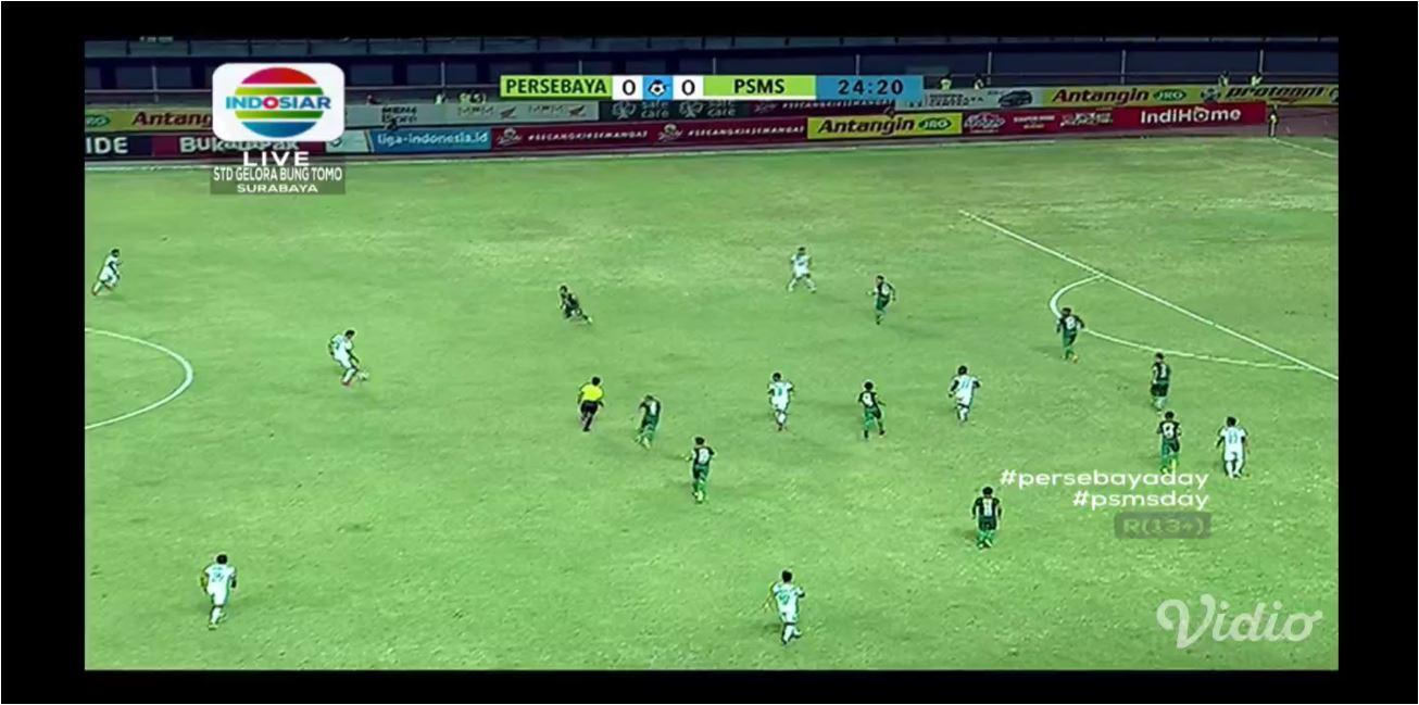 PSMS Medan brmain tak seperti tim tamu, cukup dominan di lapangan tengah laga melawan Persebaya Surabaya. Baru di pertengahan babak pertama tuan rumah bisa mengimbangi tamunya.