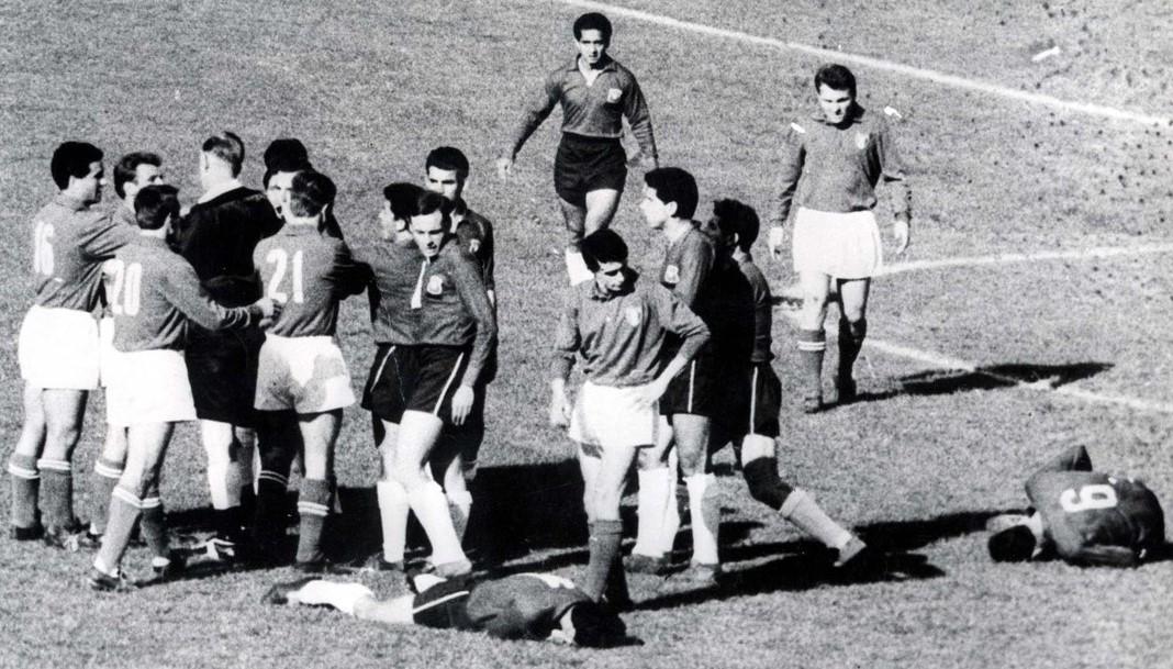 Battle of Santiago - Pada saat Piala Dunia 1962 di Chile, terjadi perkelahian antara kubu Chile vs Italia, sang wasit Ken Aston asal Inggris mengusir keluar Giorgio Ferrini, tapi sang pemain tidak tahu maksudnya, dari situ tercptalah kartu merah dan kuning.