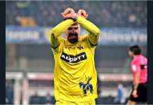 Fabrizio Cacciatore memamerkan adegan 'diborgol' pada laga Chievo vs Juventus dalam laga Liga Italia, Minggu dinihari. Aksinya itu berbuah kartu merah.