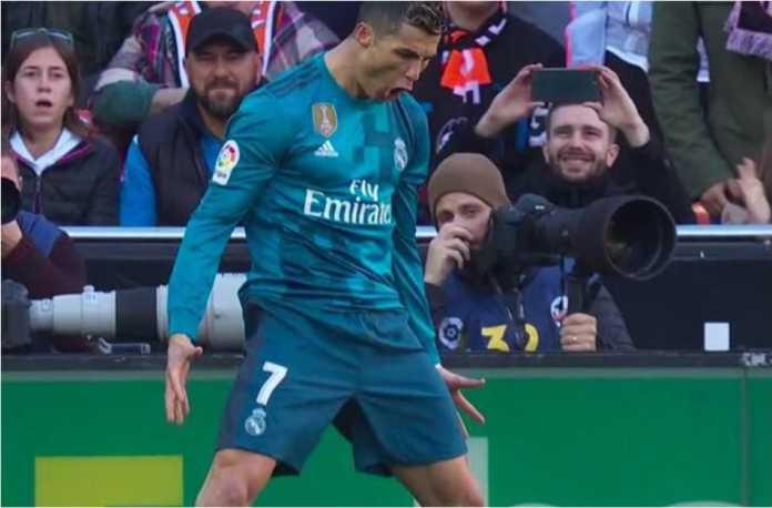 Striker Real Madrid Cristiano Ronaldo merayakan golnya dari titik penalti pada laga LIga Spanyol di kandang Valencia, Sabtu malam