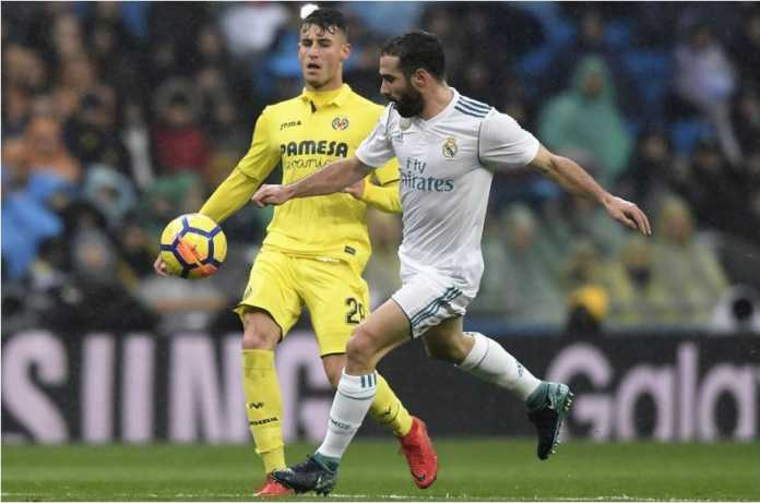 Dani Carvajal mengamankan bola dalam laga Liga Spanyol antara Real Madrid vs Villarreal di Bernabeu, Sabtu malam