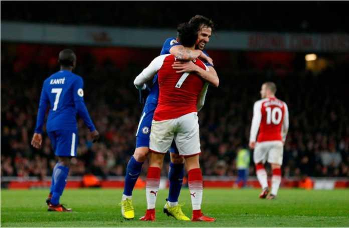 Skor akhir babak pertama Arsenal vs Chelsea adalah 0-0, dan Cesc Fabregas untuk alasan yang belum diketahui memeluk mantan rekan setimnya di Barcelona, Alexis Sanchez.