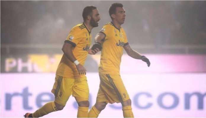 Gonzalo Higuain merayakan golnya bagi Juventus pada laga leg pertama semi final Coppa Italia di kandang Atalanta, yang diwarnai turunnya kabut tebal sehingga mengganggu permainan.
