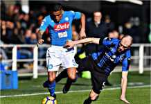 Pemain Napoli, Allan, mencoba menyelamatkan bola dari pemain Atalanta dalam laga Liga Italia, Minggu malam.