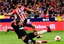 Diego Costa melepaskan satu serangan ke gawang Sevilla dan GOL! Tapi sumbangannya tak banyak berarti karena Atletico Madrid kalah 1-2, Kamis dinihari