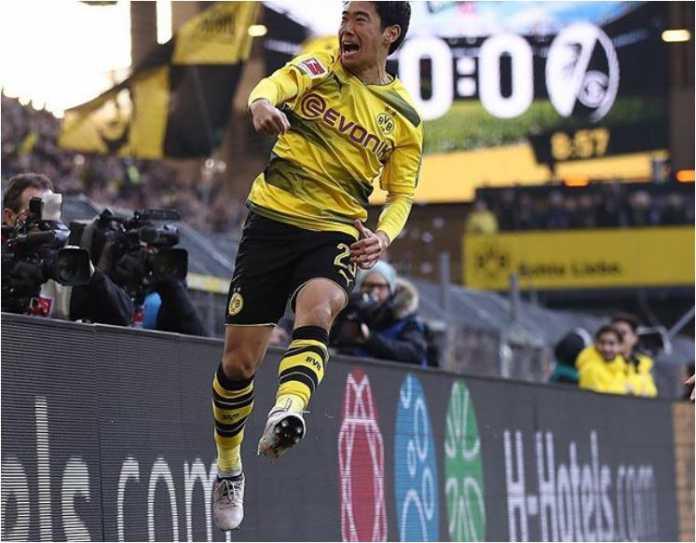 Pemain Borussia Dortmund Shinji Kagawa melompat untuk merayakan golnya ke gawang Freiburg dalam lanjutan Liga Jerman, Sabtu malam 27 Januari 2017 di Signal Iduna Park.