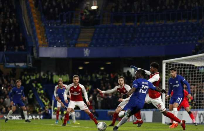 Pemain Chelsea Victor Moses dalam satu percobaan serangan di depan gawang Arsenal pada laga semi final EFL Cup leg pertama, Kamis dinihari