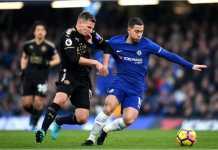Eden Hazard berusaha mengamankan bola dari rebutan pemain Leicester City dalam laga Liga Inggris, Sabtu, di Stamford Bridge