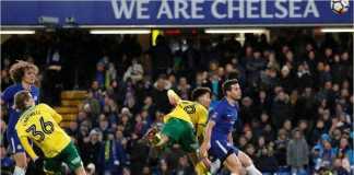 Pemain Norwich Jamal Lewis menanduk bola ke gawang Chelsea guna memaksakan babak extra time dan adu penalti pada replay babak ketiga Piala FA, Kamis dinihari