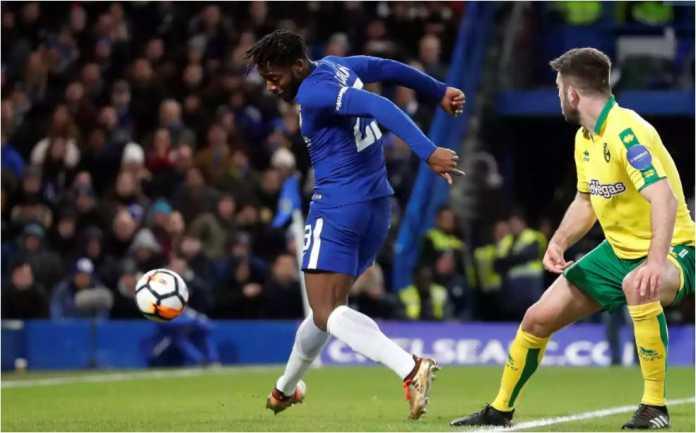 Michy Batshuayi membelokkan bola ke gawang Norwich City dalam laga replay putaran ketiga Piala FA, Kamis dinihari