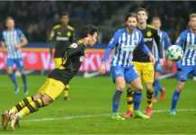 Shinji Kagawa menanduk bola hasil umpan Jadon Sancho dalam laga Liga Jerman antara Hertha Berlin vs Borussia Dortmund yang usai dengan skor 1-1, Sabtu dinihari