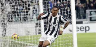 Striker Juventus Douglas Costa merayakan golnya ke gawang Genoa pada lanjutan Liga Italia, Selasa dinihari