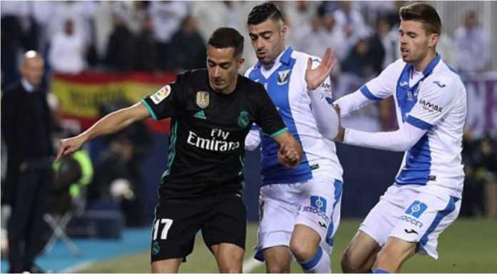 Pemain Real Madrid Lucas Vazquez coba mempertahankan bola dari dua pemain Leganes dalam laga leg pertama perempat final Copa del Rey, Jumat dinihari
