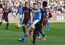 Gelandang Napoli Marek Hamsik berebut bola dengan dua pemain Bologna dalam laga Liga Italia pekan ke-22, Minggu malam.
