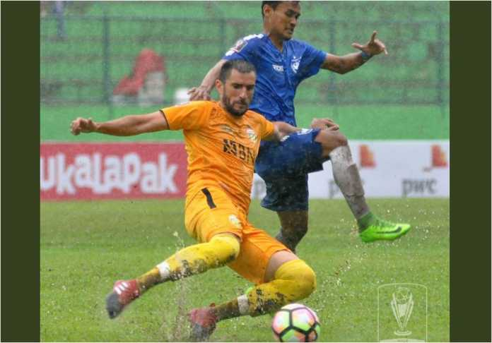 Vladimir Vujovic mengawal lini belakang Bhayangkara FC dari serbuan pemain PSIS Semarang dalam laga lanjutan Piala Presiden 2018 di Stadion Gajayana Malang (Foto: Twitter @Liga1Match)