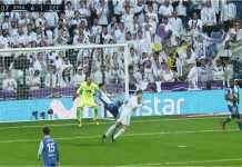 Cristiano Ronaldo menanduk bola untuk mencetak gol keduanya tadi malam bagi Real Madrid saat menjamu Deportivo La Coruna
