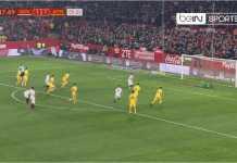 Ever Banega mencetak gol dari titik penalti dalam leg kedua laga perempat final Copa del Rey antara Sevilla vs Atletico Madrid, Rabu dinihari