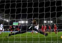 Kiper Liverpool gagal menjangkau bola hasil tembakan satu pemain Swansea City pada laga Liga Inggris Selasa dinihari. Itu terbukti menjadi satu-satunya gol malam tadi.