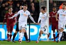 Para pemain Swansea City merayakan satu-satunya gol mereka dari hasil sepak pojok ke gawang Liverpool dalam lanjutan laga LIga Inggris, Selasa dinihari