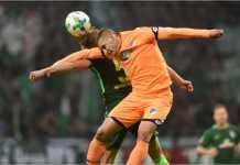 Dua pemain berebut bola dalam laga Liga Jerman antara Werder Bremen vs Hoffenheim, Sabtu malam