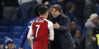 Antonio Conte kepergok tengah bicara dengan Alexis Sanchez sebelum pertandingan antara Chelsea melawan Arsenal di semi final Carabao EFL Cup, Kamis (11/1) lalu, yang kemudian memicu spekulasi pemain itu akan gabung ke Stamford Bridge.