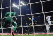 Matias Vecino dengan sundulannya berhasil menjebol gawang Alisson dalam laga antara Inter Milan vs AS Roma, lanjutan Liga Italia.