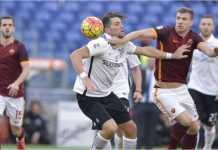 Pemain kedua kesebelasan, AS Roma dan Atalanta, berebut bola dalam salah satu laga di Liga Italia