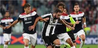 Striker Juventus Gonzalo Higuain berusaha mempertahankan bola dari ancaman para pemain Cagliari pada laga Liga Italia