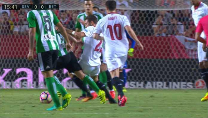 Pemain Sevilla dan Real Betis berebut bola dalam salah satu laga Liga Spanyol di depan gawang Los Beticos