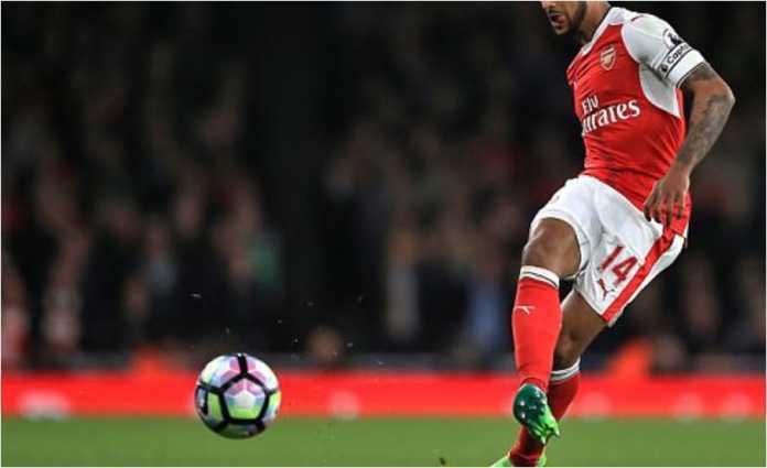 Theo Walcott melepaskan satu serangan bagi Arsenal