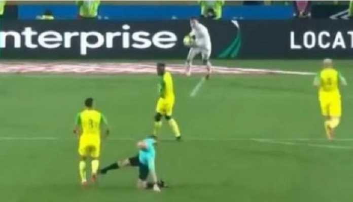 Wasit Tony Chapron akhirnya dijatuhi sanksi suspensi selama 6 bulan akibat menendang pemain Nantes di laga melawan PSG, Januari lalu.