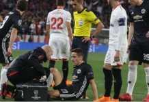 Jose Mourinho kesal pada staf medisnya setelah Ander Herrera kembali cedera dalam laga kontra Sevilla di leg pertama babak 16 besar Liga Champions, Kamis (22/2).