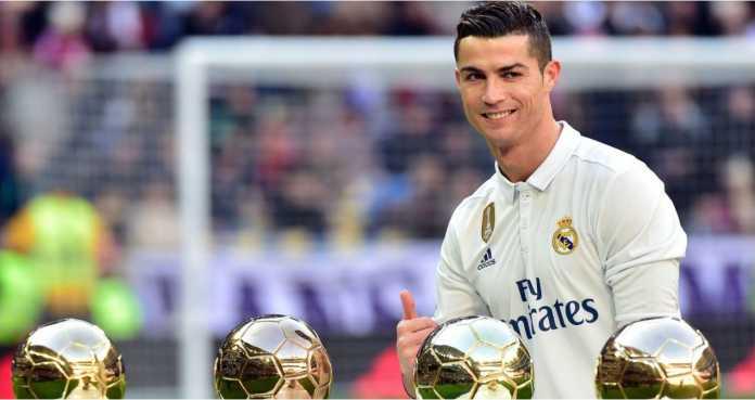 Cristiano Ronaldo berpose dengan piala-piala Ballon d'Or yang diperolehnya sebelum laga Liga Spanyol.