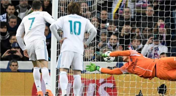 Cristiano Ronaldo mencetak gol dari titik penalti bagi Real Madrid pada leg pertama 16 besar Liga Champions, Kamis 15 Februari 2018, melawan PSG.