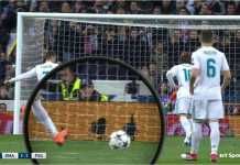 Bola sedikit terangkat sesaat sebelum Cristiano Ronaldo melakukan tendangan penaltinya pada akhir babak pertama leg kesatu 16 besar Liga Champions melawan PSG, Kamis 15 Februari 2018.