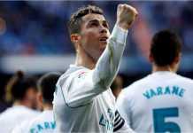Cristiano Ronaldo merayakan gol Karim Benzema pada menit terakhir laga Real Madrid vs Alaves di Santiago Bernabeu, Sabtu 24 Februari 2018.