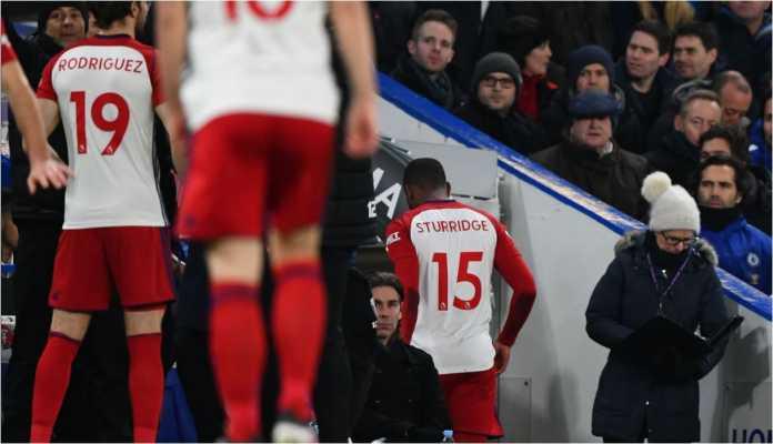 Mantan Liverpool yang sedang dipinjamkan ke West Brom, Daniel Sturridge, berjalan gontai keluar lapangan setelah cedera hamstring hanya tiga menit sejak kick-off. Sebuah kisah menyedihakn dari laga Chelsea vs West Brom, Selasa 13 Februari 2018.