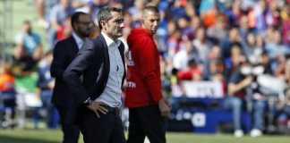 Pelatih Barcelona Ernesto Valverde mendapat kartu kuning dari wasit saat Barca bertanding melawan Getafe, Senin (12/2) dinihari.