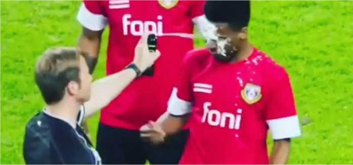 Seorang wasit salah menyemprot muka seorang pemain dengan busa yang digunakan untuk memberi garis di lapangan.