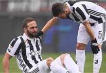 Gonzalo Higuain menyeringai saat menderita cedera menit kelima laga Torino vs Juventus pada ajang Liga Italia, Minggu.