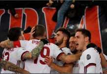 Patrick Cutrone merayakan golnya bersama rekan-rekan AC Milan saat mengalahkan AS Roma 2-0 di Stadio Olimpico Roma, Senin.