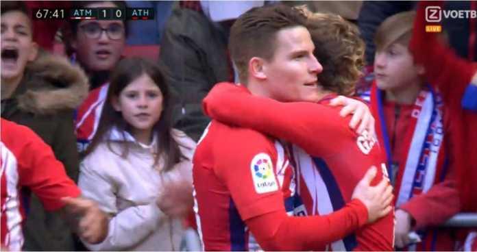 Duet pemain Prancis Kevin Gameiro dan Antoine Griezmann selaku pencetak gol dan pemberi assist merayakan golnya bagi Atletico Madrid pada laga Liga Spanyol, Minggu.