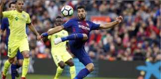 Striker Barcelona Luis Suarez menembak keras namun melebar pada menit 56 saat laga LIga Spanyol menjamu Getafe, Minggu 11 Januari 2018.