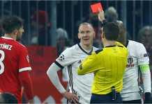Wasit mengibaskan kartu merah kepada pemain Besiktas untuk pelanggaran terhadap striker Bayern Munchen Robert Lewandowski, pada leg pertama laga 16 besar Liga Champions, Rabu, di Allianz Arena.